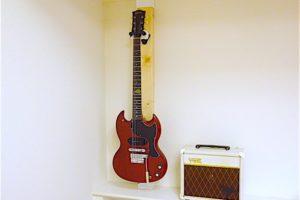 ディアウォールにかけたギター