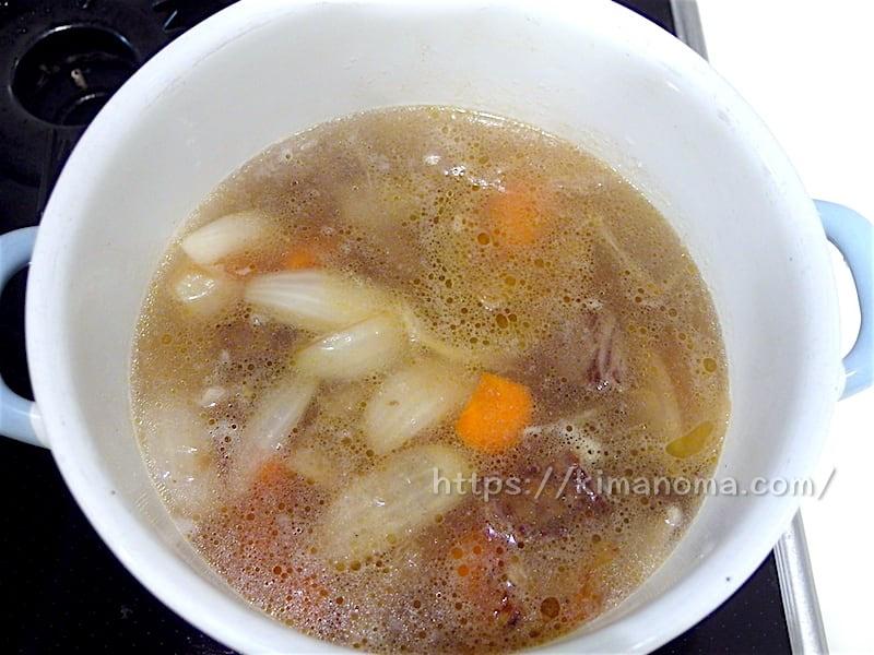 琺瑯鍋で煮込む