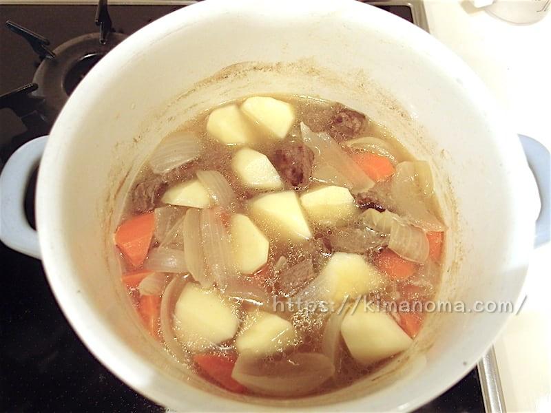 ジャガイモを加え煮込む