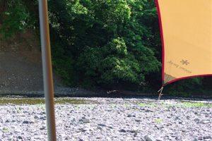 タープと河原