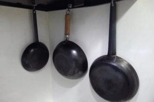 レック SGキッチンラックに掛けたフライパンと炒め鍋